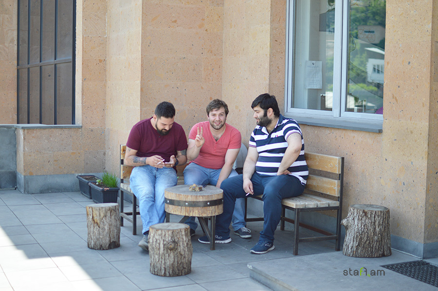 Ընկերության աշխատակիցները առավոտյան մի գավաթ սուրճ են խմում՝ վայելելով դեպի քաղաք բացվող գեղեցիկ տեսարանը